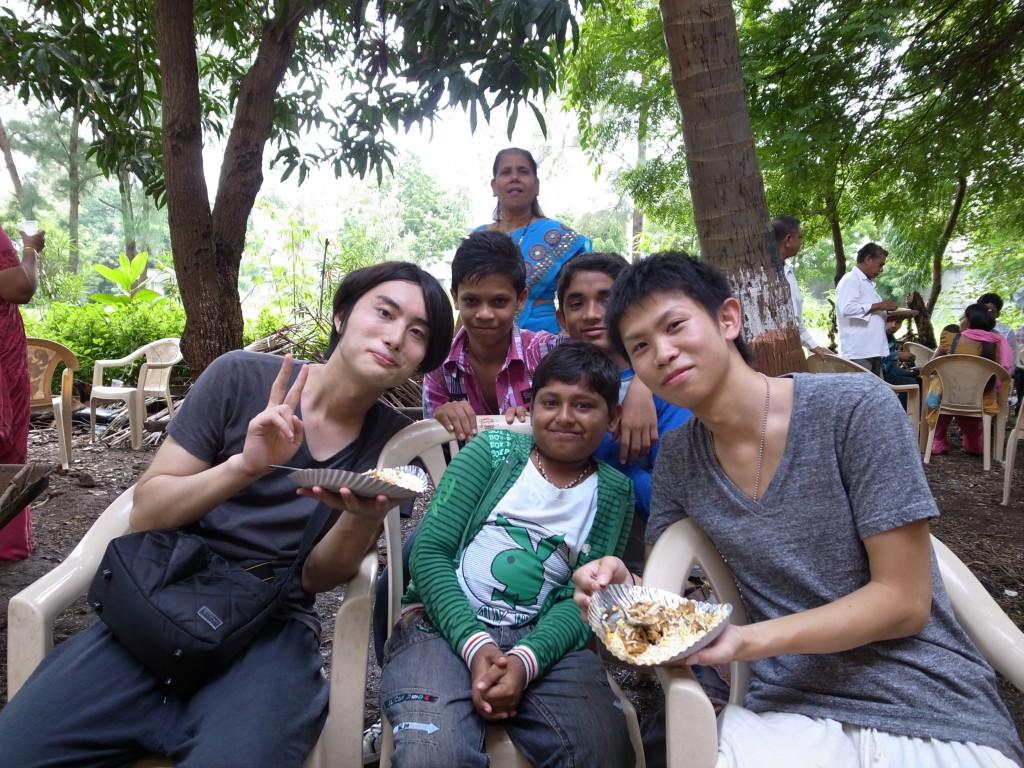 2011年8月のインド取材中の一枚。(写真左:川口、右:近藤)