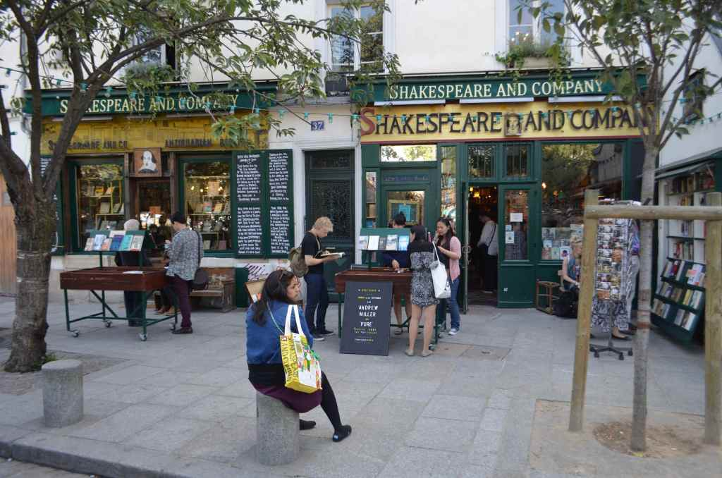 「伝説の書店」と呼ばれるシェイクスピア・アンド・カンパニーはパリのど真ん中にあり常に大勢の観光客で賑わう。