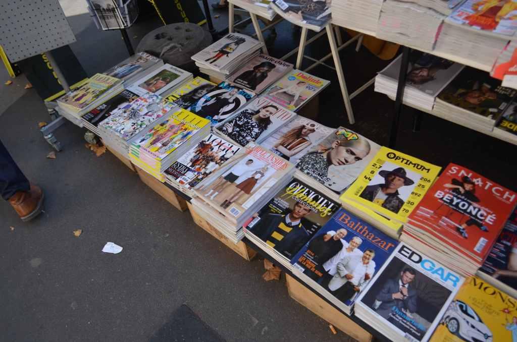 パリの人気本屋レキューム・デ・パージュの目の前の路上にあるニューススタンド。レキューム・デ・パージュには雑誌が1冊も置いていないのに、ここには『purple FASHION』はじめ日本でも人気のファッション雑誌が…。