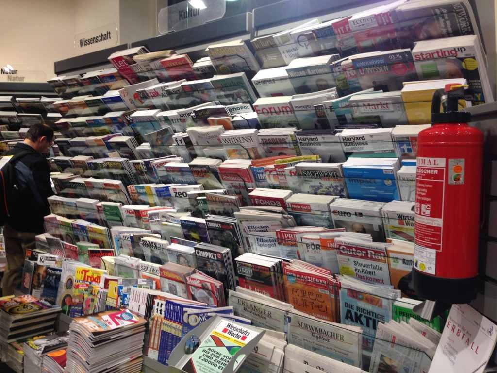 ドイツの駅構内の雑誌たち。雑誌の数自体は日本の2倍、3倍ぐらい置いてあると思います。