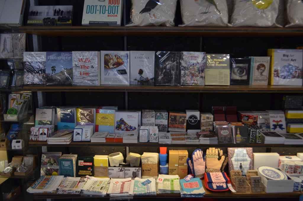 ロンドンの人気書店マグマブックスには、オリジナルTシャツからノート、ナノブロックなど様々な雑貨が販売されていた。
