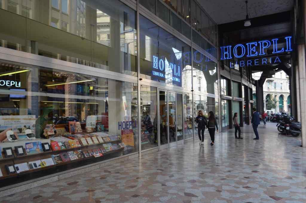 ミラノにあるHOEPLI。イタリアの大型書店であり、日本の大型書店と同じように各ジャンルまんべんなく置かれていた。